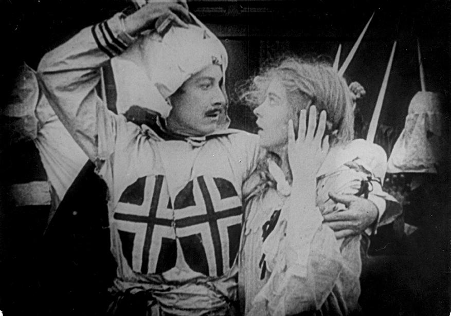 Ben Cameron (joué par Henry Walthall) sauvant Elsie Stoneman (Lillian Gish), qu'il épousera ensuite