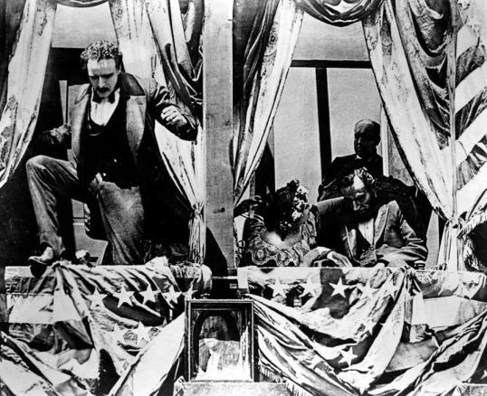 """John Wilkes Booth s'enfuyant des loges du théâtre après avoir assassiné Lincoln - Image extraite du film """"Birth of a Nation"""""""