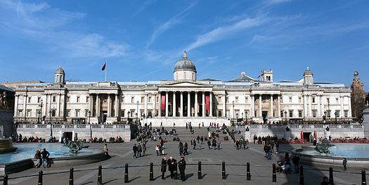 "L'édifice du ""National Gallery"" vu depuis Trafalgar Square"