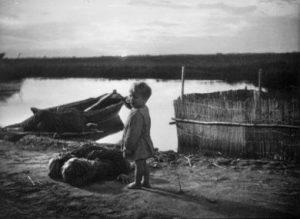 Paisà - L'enfant debout près du corps de se parents